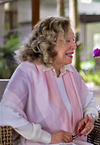 Janine, fundadora do Jacques Janine, ri durante entrevista com a neta Chloé Gaya